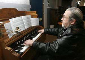 En underbar spröd ton bjöd organist Olle Långström från Gamleby som inledning till konferensen om orgelharmonier i Söderhamn. Han är passionerad samlare och kyrkomusiker.