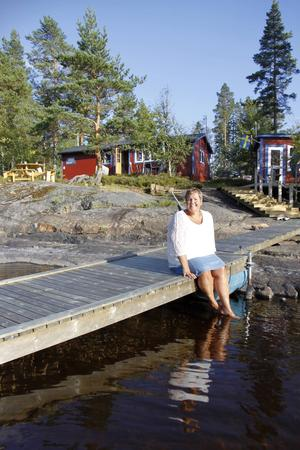 Carina älskar att bada och vad passar då bättre än en sommarstuga vid en varm och solig sjö med egen brygga och flotte.