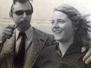 Far och dotter tillsammans på stranden i Nordjylland.