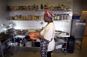 Spice Catering i Kista drivs av fyra invandrarkvinnor. Augustina Akamagwuna bär på kycklingfileer. Språk och egen försörjning är de viktigaste nycklarna.
