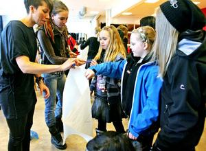 Ingrid Nyström och Åsa Melin pratade om att ta för sig. Tioåringarna Vilma Sjöholm och Matilda Ellfors får i uppdrag att skriva ner saker som de är bra på.