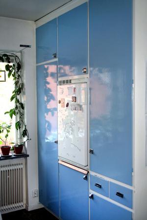 Till och med det lilla kylskåpet med en fiffig utdragbar hylla under ska få vara kvar.
