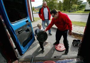 En starkemanstävling innebär mycket funktionsärsjobb. Sjuårige Jesper Nikanorsson, Hassela,  hjälpte speakern Michael Gradin  att