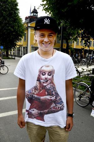 Albin Gustafsson, 17 år, studerande, Örebro:– Jag köpte tröjan i Thailand. Jag tycker att den är snygg och häftig. Tröjan har en egen stil, helt enkelt.