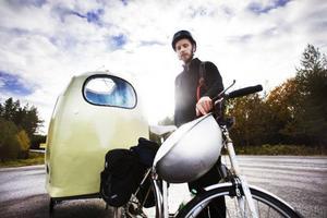 John Söderberg har trampat från Umeå och är på väg till Nälden där vagnen ska vinterförvaras.