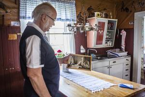 I stugan vid Ängratörn finns fotografier och andra minnen kvar från Albert Vikstens liv. Lennart Thunvall har guidat besökare här många gånger genom åren.