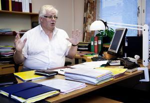 I slutet av augusti fråntogs förvaltningschef Anders Hjelm med omedelbar verkan ansvaret för äldreomsorgen. Detta efter ett extra telefonmöte i omsorgsnämnden, vilket senare visade sig vara ett beslut som formellt hade fattats på felaktiga grunder. Beslutet om att sidsteppa Hjelm fick därför tas om på ett nytt nämndmöte.