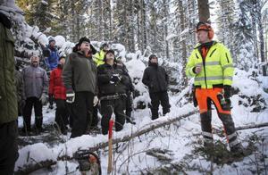 Även rutinerade skogsarbetare kan behöva sig en genomgång i säkerhet ibland. På fredagen infann sig ett 30-tal lokala skogsägare i Vigge för att få tips inför sitt arbete med stormskadorna. Instruktör var Mats Hallquist.