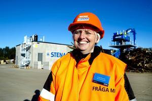 Pernilla Björkenäs, filialchef på Stena recycling i Timrå, sken ikapp med solen när nya järnskrotssaxen invigdes i veckan.
