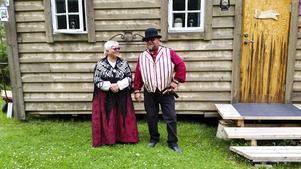 Annelie Andersson och Patrik Suneson utanför västernhuset i Joce City.