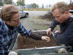 Studenterna Andreas Alsaker och Ole Husby från Trondheims universitet sållar jordmassor från kyrkan.