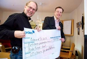 LT:s chefredaktör Lennart Mattsson överlämnar checken på över 40000 kronor till Röda Korsets regionchef Hans Green.Foto: Sandra Högman