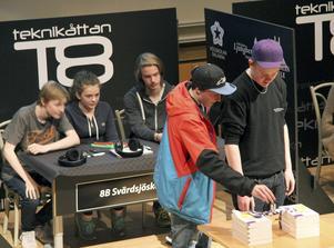 8B Svärdsjöskolan Falununder förmiddagspassets delfinal, som bland annat innehöll praktiska uppgiften att bygga en bro av små magneter.