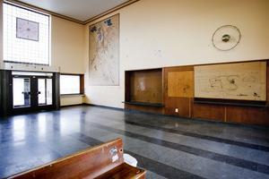 Stationshusets vänthall är i sig en fin lokal, men numera svårt vandaliserad.