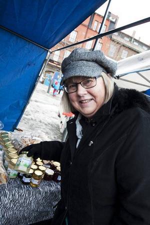 – Jag har bara hunnit med att köpa mjukt bröd än så länge. Det är roligt att gå på marknad, säger Rut Melin Norlander.