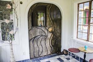 Den vackra dörren i modell snirklig.