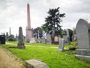 En stor gravgård omringar slottet i Stirling.