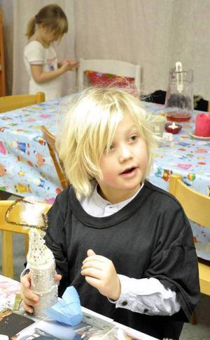Noel Bergman, 5 år, bestämde sig för att skapa en minimelloartist.