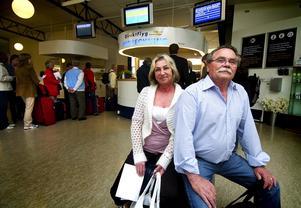 Reser bekvämt. Raija och Martti Uhlbäck från Borlänge fanns med på den första avgången mot Bulgarien. – Väldigt bekvämt att kunna resa direkt från Dala Airport, tyckte de.