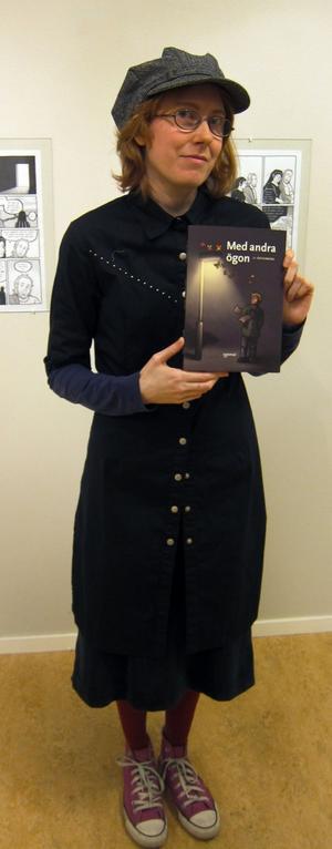 """Sandvikentecknare. Li Österberg med nya seriealbumet  """"Med andra ögon"""" (Optimal förlag). Nu ställer hon ut även opublicerat på Galleri Galaxen."""