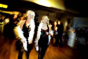 """fixade en egen firmafest. Fin middag och bra underhållning är A och O på en firmafest, tycker festfixarna Eva Dahl och Annika Wiberg. """"Man ska känna sig lite VIP:ad"""", säger Wiberg.Foto: Britt Mattsson"""