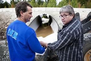Lars Andersson och Håkan Lodin konstaterar att trumman ligger på rätt plats. Vattnet i den ska heller inte behöva bli något bekymmer för vandrare och cyklister förutom vid högvatten som vårflod, lovar duon.