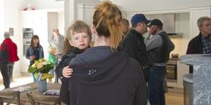 Unga och gamla besökare kom för att titta på köksinredning i den nya butiken som öppnade i Linsell i lördags.