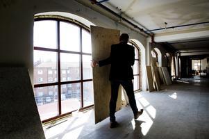 Urban Simander visar de nybyggda fönstren på våningen där småföretagare väntas husera.