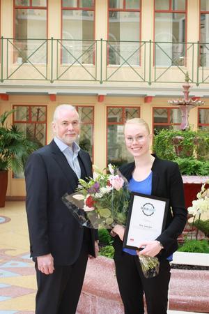 Här gratulerar Adeccos vd och koncernchef Per-Arne Gulbrandsen Sara Landfors till sommarjobbet.