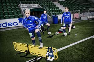 SDFF har haft problem med knäskador de senaste åren. Amanda Lindgren (främst) har opererats tre gånger på 1,5 år. Irma Nordmarks (till vänster) korsband gick av förra säsongen – samma skada drabbade Hanna Glas (till höger).