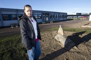 Tomt efter lekstuga. Barnskötare Sofie Söderlund är både sur och arg över att barnens lekstuga har totalförstörts i en brand.foto: Margareta andersson