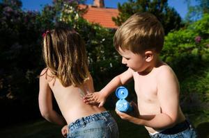 Barn får gärna använda både solhatt och solglasögon. Och självklart  ordentligt med solkräm.
