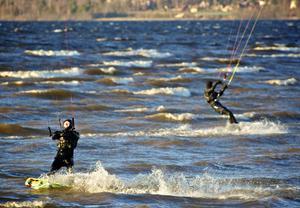 David Erkelius och Lars Rogman är två av fem kompisar från Falun som kitesurfar på Siljan och även utanför Gävle på Östersjön.