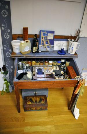 Åse Larsjos ateljé i hemmet har en rad målerisaker. Många av sakerna i ateljén handlar om kurbits.