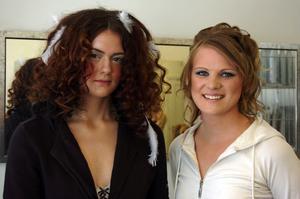 Anki och Johanna. Vackra i håret, frisyrer gjorda av Linda Mökjas och Eva Olsson.