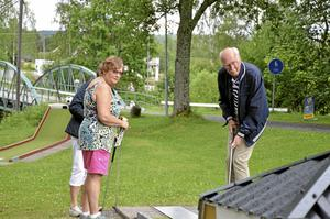 Varje måndag är det minigolfträff i Löa för pensionärer. Kerstin Jönsson och Larserik Pettersson ställde upp i samma lag. Foto: Emilie Pless