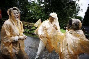 Azar och Kazem tillsammans med dottern Behnaz hade problem med sina regnskydd