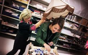 Carina Holmstedt, verksamhetschef för Re Doo, visar upp några av de material som finns att hämta för förskolläraren Sara Frost. Foto: Staffan Björklund