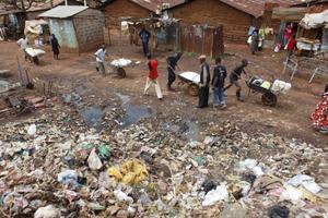 Vatten, avlopp, sophantering – i Kibera saknas det mesta. Ingen vet exakt hur många som bor här, men enligt vissa uppgifter kan det vara uppemot en miljon människor.Foto: TT/AFP/Karel Prinsloo