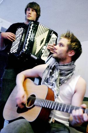 Förstående hyresvärdar och en välisolerad källare är bra när man ska repa hemma, tycker Andreas med gitarren och dragspelaren Anders håller med.