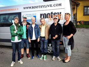 Robin Lindqvist, Johan Arveli, Emil Karlsson, Doug Seegers, Jerry Miller och turnéledaren Maria Karlström utanför Gula Villan i Östersund, där de repade i helgen innan de gav sig ut på turné.