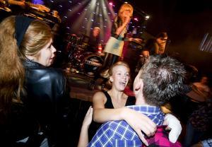 Danslycka. Anna Torgerssen, mitt i bilden, kostar på sig många leenden när hon dansar i Skultuna. Foto: Mikael Johansson