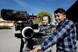 Alvin Salihu sköter kameran och Maja Lindholm håller koll på ljudet.