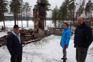 Jan och Marianne Halléns smultronställe är efter branden ett minne blott. Från vänster Per-Gunnar Larsson, Anna Lärka Stenback och Tore Näsman.