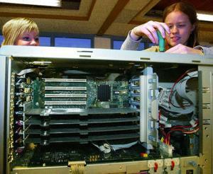 Sandra Björk och Jessica Bäckström har plockat plockat i sär en server med sex processorer och satt ihop den sedan.
