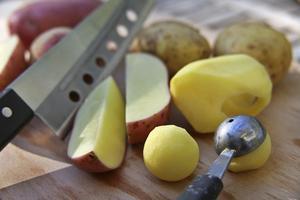 Med ett speciellt verktyg kan man skära ut potatiskulor som steks och rullas i smör och persilja före servering.
