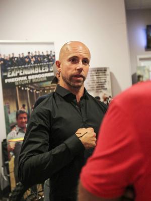 Många ville snacka med Fredrik efter filmen, han berättar hur han fick hakas fast i säkerhetsselar under vissa stunts.