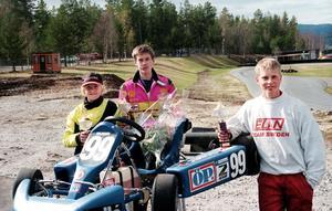 En häftig bild från en av Fredric Magnussons första säsonger inom bilracing 1997. Här står Fredric till vänster efter en kartingtävling tillsammans med Erik Berg-Loxell och Alexander Danielsson. Den sistnämnde som sedan blev länets mest meriterade racingförare med flera toppresultat och bland annat testkörning av Renaults Formel 1-bil på meritlistan.