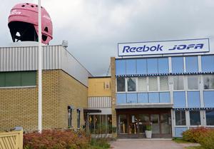 Vid ett inbrott på Reebok-Jofas lager i Malung stals ishockeyklubbor till ett miljonvärde. Tjuvarna lyckades undvika inbrottslarmet.