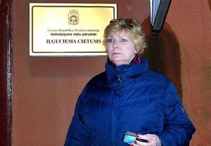 Annika Östberg ser sammanbiten ut innan hon besöker kvinnofängelset i Riga. Själv frigavs hon i våras efter 30 år bakom lås och bom för medverkan i ett dubbelmord.